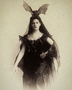 Bat Queen Not a bad idea for Halloween outfit what do you think? Regran_ed from great guys Hipster Grunge, Grunge Goth, Vintage Photographs, Vintage Photos, Vintage Halloween Photos, Vintage Holiday, Street Style Vintage, Arte Peculiar, Bat Costume