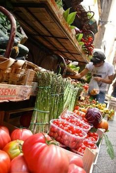 Firenze - I'd love to live by Fresh Food Market like this. Farmers Market London, Fresco, Real Food Recipes, Great Recipes, In Natura, Farm Stand, Fruits And Vegetables, Veggies, The Fresh