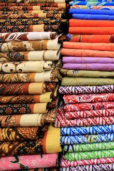 バリ島クロボカン周辺は、おしゃれなショップが集まる注目エリア。大切な人へのお土産や自分のために購入したくなるものなど、素敵なアイテムの揃う人気お土産ショップをまとめました。1.アモウク・バティック・ショップ(AmoukBatikShop)バリ島の伝統工芸を買うことができるショップです。綺麗に染められた布でつくられたインテリアや生活雑貨は、バリならではのおしゃれなモチーフのものが多く揃います。綺麗に染められた布は1枚1枚違ったカラーや模様で選ぶのが楽しいですよ。クッションや寝具なども豊富。 基本情報 ・名称:アモウク・バティック・ショップ(AmoukBatikShop)...