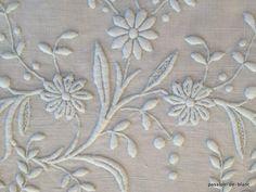 Coin couture > Monogrammes, tissus > LINGE ANCIEN / Superbe grand monogramme LA brodé main avec beau relief sur toile pur lin pour couture - Linge ancien - Passion-de-Blanc - Textiles anciens