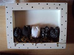 Porta chaves com tulipas de tecido, musgo e quadrinho tipo vitrine. Com 3 ganchos. Feito em outras cores e tamanhos conforme necessidade do cliente. R$ 32,00