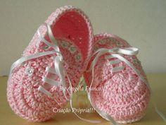 Tênis Baby Gabi LANÇAMENTO!! <br> <br>Tênis em croche 100% algodão com detalhes em mini florzinha e strass importado oklant <br> <br>MODELO EXCLUSIVO E CRIAÇÃO PRÓPRIA..NÃO COPIE!!! <br> <br>tamanhos:0 a 3 meses.....3 a 6 meses..e 6 a 9 meses...