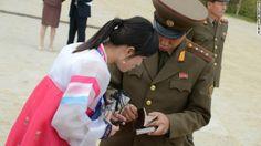 係員らがパスポートをチェックしているところ ▼24Nov2013CNN|写真特集:北朝鮮に消された写真 http://www.cnn.co.jp/photo/35039724-4.html