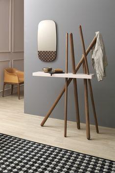 Wood ist zwei #gegenstände in einem: ein #kleiderständer und eine #konsole in einem einzigen Element; ein #objekt, das sich horizontal, in der gebeizten Holztischplatte und auch vertikal, in den hölzernen Hängerstangen entwickelt. Leicht und widerstandsfähig wie ein Bambuswald: eine völlig neue, ästhetisch faszinierende Form. Um mehr herauszufinden, besuchen Sie unsere Webseite!