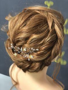 Diese Frisur ist ein All-Rounder! Bärbel trägt sie zum Dirndl, zum Abendkleid, selbst zur Hochzeit wäre sie perfekt. Fashion, Braided Hairstyle, Braid, Dirndl, Gown Dress, Wedding, Moda, La Mode, Fasion