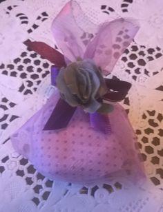 Bem casado embalado em saquinho de  organza com fita de cetim e flor de tecido da Abelha Rainha - Atelier de Delícias abrainha.wordpress.com facebook.com/abelharainhadelicias Encomendas: 31 8898-4998 (Oi - wpp)