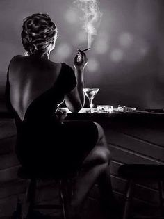 Femme Fatale Smoking, black and white photo. Film Noir Fotografie, Rauch Fotografie, Black White Photos, Black N White, Black And White Photography, Women Smoking, Girl Smoking, Portrait Photography, Fashion Photography