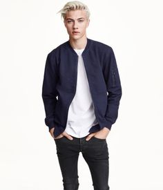 Lucky Blue Smith (born June is an American model. Lucky got signed to NEXT Models by the age of He also formed a surf-rock band called The Atomics with his three older sisters, Starlie Cheyenne, Daisy Clementine & Pyper America. Lucky Blue Smith, Pyper America Smith, Asian Male Model, Versace, Men's Fashion, Marc Jacobs, Calvin Klein, Vogue, Fall Wardrobe