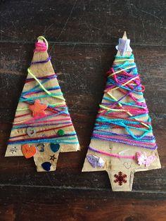 Kerstbomen van karton en touw. Met figuurtjes versierd.