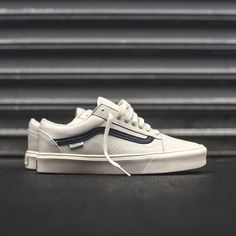 Enjoy The Sneakers You're In With These Tips. A lot of men and women absolutely love sneakers. This explains why the state of the economy factors so little in how well sneakers Sneakers Vans, Tenis Vans, Mens Vans Shoes, Casual Sneakers, Sneakers Fashion, Casual Shoes, Men's Shoes, Shoe Boots, Vans Men