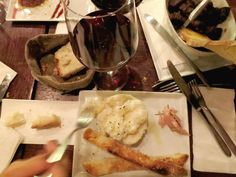 Wine and snacks at Il Santino, one of our favorite restaurants in Florence, Italy. Click to find out our other 4 favorite spots to eat in bella Firenze!