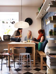 Η κουζίνα δεν είναι μόνο για μαγείρεμα και φαγητό, αλλά και για καφέ και κουβέντα με τους φίλους μας…   (Τραπέζι BJURSTA)