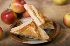 Isteni almás táska leveles tésztából: a szaftos tölteléket a fahéj teszi még ízletesebbé - Receptek | Sóbors Vegan Appetizers, Quinoa, Cabbage, Snack Recipes, Chips, Peach, Banana, Tasty, Apple