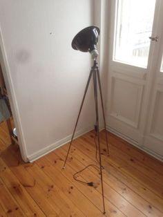 Schöne, schlichte Stehlampe zu verkaufen, ca. 150 cm hoch, Füße sind höhenverstellbar, so dass man sie auf ca. 30 cm Höhe runterfahren kann.Ganz einfach mit Stecker und Schalter, E27 Fassung.Lampenkopf kann rundherum gedreht werden und fast 180grad nach unten/oben.