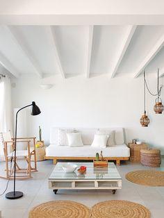 Casa vacaciones Menorca: Zona de estar con muebles reciclados