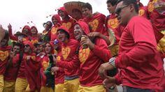 Fantasiados de Chapolin Colorado, mexicanos chegam à arena Castelão, em Fortaleza. Foto: André Ítalo Rocha/Folhapress