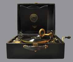 Victor Victrola portable record player, model VV-2-60 (1927).