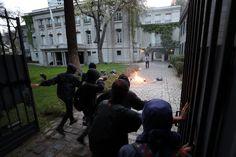 Un grupo de encapuchados ataca la embajada de Argentina durante una manifestación para protestar por la muerte del activista argentino Santiago Maldonado en Santiago (Chile).