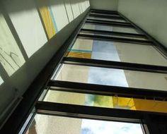 Aulateokset Vanajanrannan kerrostalojen kolmeen aulatilaan, yhdistetty tekstiiliä ja lasia. Kerrostalojen arkkitehtuuriin suunnitellut aulteokset ovat lasin ja tekstiilin vuoropuhelua. Molempia materiaaleja on käsitelty samalla tavalla: silkkipainaen, maalaten sekä lasia hiekkapuhaltaen. Valmistui maaliskuussa 2007. // Tilaaja/Client: Vanajanrannan kerrostalojen asukasyhdistys // Suunnittelijat/Designers: Hanna Vainio, Taija Tammelander (LAKE), Dasa Strosova (vaihto-opiskelija)…