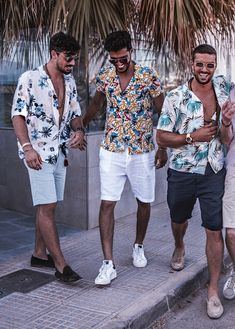 How To Wear a Hawaiian Shirt This Summer Summer Outfits Men, Stylish Mens Outfits, Beach Outfit For Men, Men Beach, Men Summer, Hawaiian Outfit Men, Hawaii Outfits, Men's Beach Outfits, Pool Party Outfits