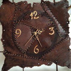 Часы настенные MARSEL в интернет-магазине на Ярмарке Мастеров. Удивительные часы из натуральной кожи для Этно интерьеров или в коллекцию ценителям эксклюзива. Авторское фактурирование и выжигание по коже. Clock Craft, Diy Clock, Clock Ideas, Clock Wall, Leather Art, Leather Cover, Leather Tooling, Different Art Styles, Leather Workshop