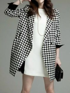 I had a similar outfit in high school, it was my Easter outfit, (the hat was my favorite) . Black White Long Sleeve Houndstooth Coat by: SheInside Plaid Fashion, Look Fashion, Womens Fashion, Street Fashion, Moda Outfits, Houndstooth Coat, Modelos Fashion, Winter Stil, Sammy Dress