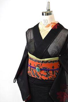 シックなブラックをベースにつややかなルージュレッドの薔薇のような花枝模様が浮かび上がるように織りだされた紗の夏着物です。