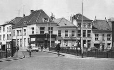 """De Hogebrug te Breda, gezien vanuit de richting van de Vismarktstraat. Over de brug naar rechts is de Nieuwe Prinsenkade met onder meer het café """"Het oude Schippershuis"""" Naar links kijken we in de Zoutstraat.  Fotograaf: niet bekend. De foto dateert van 1962."""