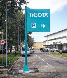 Tigotà - Realizzazione insegna ingresso parcheggio #realizzazione #insegna #insegne #signs #signshop #sign #installazione #dibond #plexiglass #illuminazione #led #adigital #pesaro
