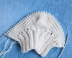 Free baby booties pattern WITH pictures. Knitting For Kids, Baby Knitting Patterns, Free Knitting, Knitting Socks, Crochet Patterns, Knitting Needles, Doll Patterns, Yarn Projects, Knitting Projects