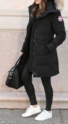 You need these cute winter outfits in your closet right now! These winter outfit ideas are perfect for the cold weather and super trendy. Cold Outfits, Casual Skirt Outfits, Casual Winter Outfits, Winter Fashion Outfits, Look Fashion, Autumn Fashion, Black Jacket Outfit, Parka Outfit, Super Moda