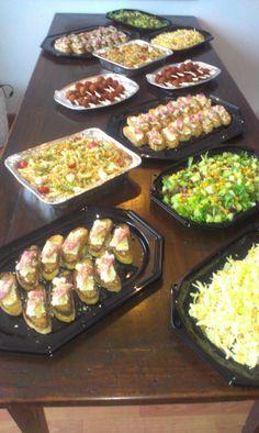 Losse borrelhapjes en salades voor een verjaardagsfeest