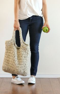 FREE crochet pattern : sturdy market tote // Delia Creates About 5 skeins of Super Bulky, 6 weight yarn* oz. or 106 yards per skein) mm hook (or size N) Crochet Gratis, Knit Or Crochet, Crochet Stitches, Crochet Patterns, Crotchet, Crochet Chain, Beaded Crochet, Crochet Designs, Crochet Handbags