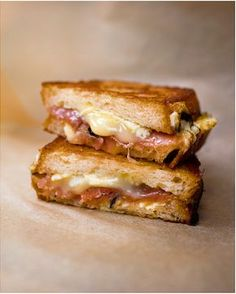 Tosti met brie, parmaham Brunch Recipes, Appetizer Recipes, Breakfast Recipes, Lunch Snacks, Savory Snacks, Lunches, Sandwiches, Pub Food, Grilled Sandwich