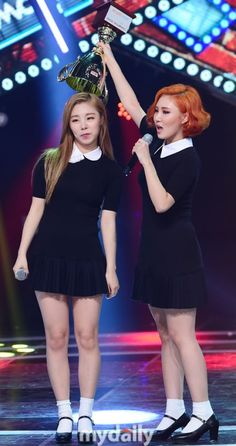 Hwasa and wheein Kpop Girl Groups, Korean Girl Groups, Kpop Girls, Red Orange Hair, Wheein Mamamoo, Kpop Couples, The Perfect Girl, Cute Woman, These Girls