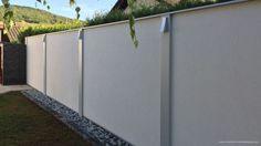 Sichtschutzmauer mit einem Kiesstreifen und Beleuchtung