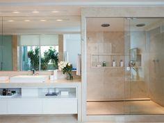 bancada de mármore crema marfil (Tiga Mármore), o gabinete de MDF com acabamento de esmalte de poliuretano acetinado branco