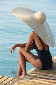 Who needs an umbrella? Just wear a big hat!(a REALLY big hat) :) Look Fashion, Fashion Women, Fashion Images, Beach Fashion, Fashion Hats, Fashion Models, Fashion Sandals, Swimwear Fashion, Timeless Fashion