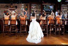Idée: dans un bar, pour EVJF, toutes les filles dans une même couleur à part la future mariée. La future mariée peut aussi se retourner