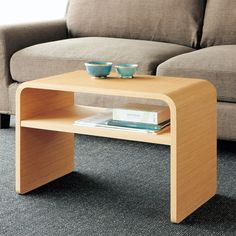 タテにヨコどちらにでも使えるリビングテーブル。縦置きにすればソファ横のサイドテーブルとして活躍します。天然木突板仕上げのテーブルは、曲線を描くデザインがフェミニンな印象。置き方自在なのでいろいろな使い方でリビングルームで活躍します。