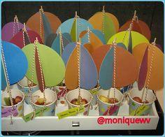 Luchtballon traktatie van mijn zoon op het kinderdagverblijf. Twee circkels in elkaar zetten, op saté-prikker plakken. Aan andere uiteinde van de prikker een kurk bevestigen. In bekertje plaatsen en bevestigen met touw. Vullen met gemengd fruit (in mijn geval: aardbei-kiwi-ananas) #treat #traktatie