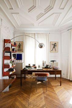 Eclectic on top! inspirerande kontors inredning, visst? Skira gardiner sorlar in solljuset. Gardinerna hänger från en svart gardinstång som monterats på väggen precis under de fantastiska stuckaturerna. För mer gardininspiration besök oss på www.gotain.com - vi gör det enkelt att beställa skräddarsydda gardiner! #gardiner #gardin #linnegardiner #inredning Bildkälla: Pinterest