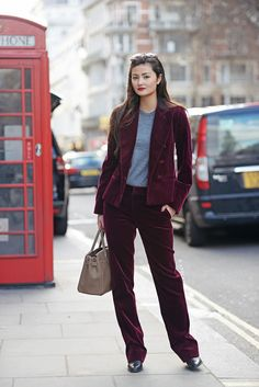 Deux-pièce suits are undoubtedly the ultimate office attire, since they are really classy and elegant, plus, they look incredibly polis. Velvet Sweater, Velvet Suit, Street Style Blog, Street Chic, Street Fashion, Peony Lim, Velvet Bomber, Velvet Midi Dress, Velvet Fashion