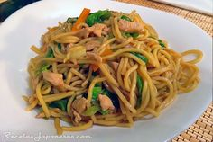 Yakisoba | Recetas Japonesas en español! Yaki Soba, Salty Foods, Asian Recipes, Ethnic Recipes, Ceviche, Japanese Food, Sushi, Spaghetti, Cooking