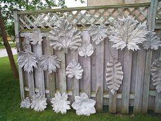 Jednoduchým spôsobom si viete pripraviť krásne podstavce pod fontánu, chodník, či iné zaujímávé doplnky do vašej záhrady. Jediné čo budete potrebovať je veľký list a hmota na odtlačenie. Konečný výsledok určite stojí za to.