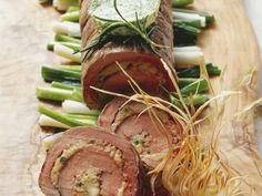Rinder-und Kalbsfilet als Rollbraten mit Frühlingszwiebeln ist ein Rezept mit frischen Zutaten aus der Kategorie Kalb. Probieren Sie dieses und weitere Rezepte von EAT SMARTER!