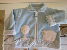 Casaquinho em soft, forrado com tecido 100% algodão, com detalhes de aplicação e bordados à mão. tamanhos de 6 meses a 2 anos. Cores e detalhes da aplicação à escolha do cliente. http://www.elo7.com.br/casaquinho-para-bebe-carros/dp/1EBEEB