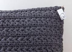 Donkergrijs gehaakt kussen    Deze prachtige kussens zijn gehaakt met de mooie star stitch steek.  Deze listing is voor 1 kussen maar er zijn er twee op voorraad!    • Afmeting ongeveer 36 x 41 cm • Gemaakt van 100% gerecycled katoen, genaamd Zpagetti. Zpagetti textielgaren is een kwalitatief hoogwaardig en duurzaam restmateriaal uit de mode en textielindustrie  • Inclusief binnenkussen • Er zijn er slechts twee kussens gemaakt met deze kleur garen en dit patroon!      Ben je opzoek naar een…