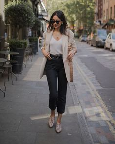 Beige Blazer Outfit, Look Blazer, Neutral Outfit, Neutral Style, Black Jeans Outfit Work, Black Blazer Outfits, Cami Top Outfit, Black Jeans Outfit Casual, Cropped Jeans Outfit