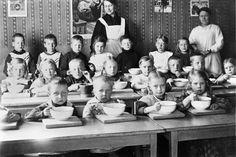 Lapsia ruokailemassa punavuorelaisessa lastentarhassa. -...